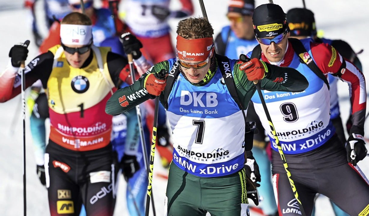 Benedikt Doll (Nr. 7) führt das Feld d...n Biathleten im Massenstartrennen an.   | Foto: DPA/H. Junkel