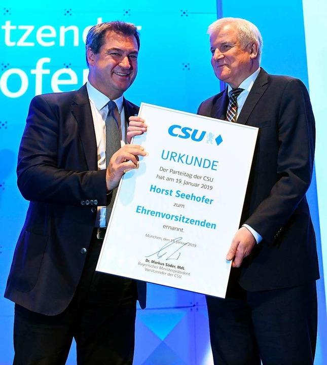 Der neue Vorsitzende Markus Söder (lin...eehofer zum Ehrenvorsitzenden der CSU.  | Foto: AFP
