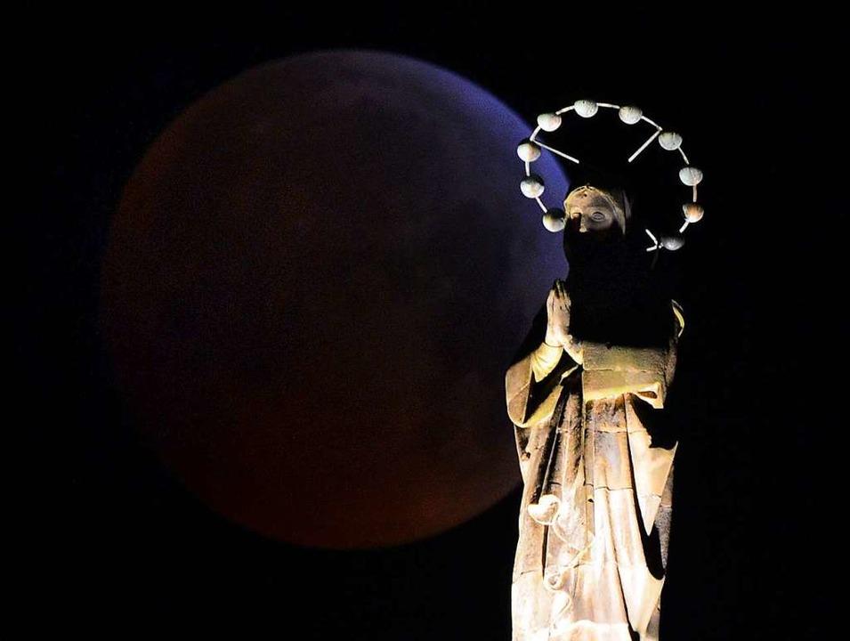 Blutmond hinter der Mariensäule in Trier  | Foto: dpa