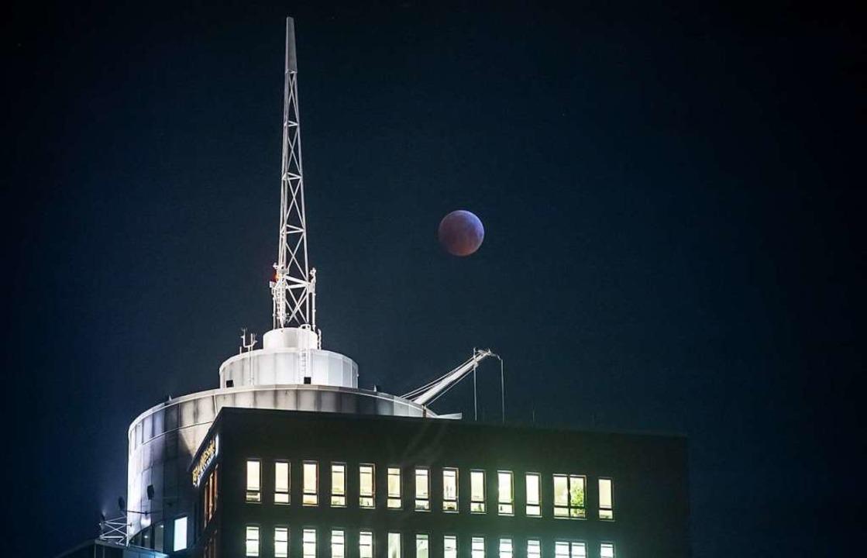 Der Blutmond neben dem Hanseatic Trade Center in Hamburg  | Foto: dpa