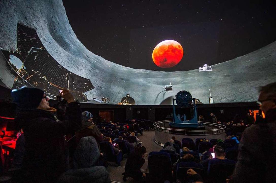 Im Planetarium in Bochum werden der Li...chen Raumfahrzeugs «Jadehase» gezeigt.  | Foto: dpa