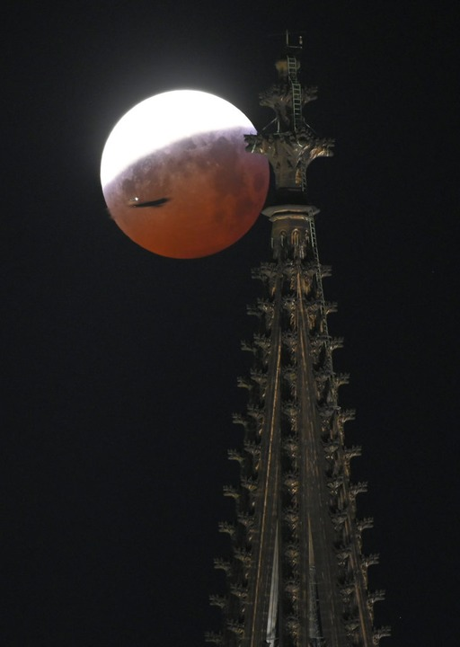 Hinter einem Turm des Kölner Doms.  | Foto: dpa
