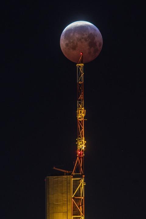 Nein, das ist keine Kugel auf dem Turm...nk in Frankfurt, sondern der Blutmond.  | Foto: dpa