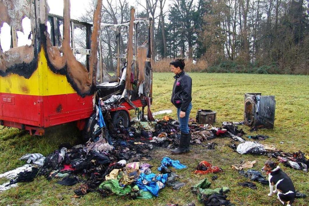 Der Requisitenwagen nach dem Brand im Dezember 2013 in Umkirch  | Foto: Karin Wortelkamp