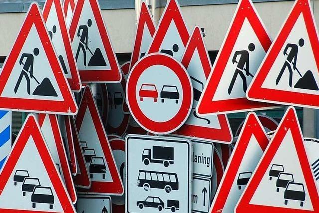 Mit mehreren Verkehrsschildern kollidiert