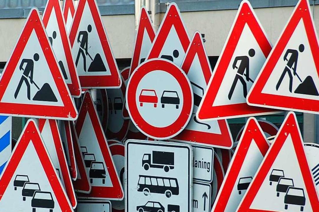Verkehrszeichen im Ersatzteillager    Foto: Hannes Lauber