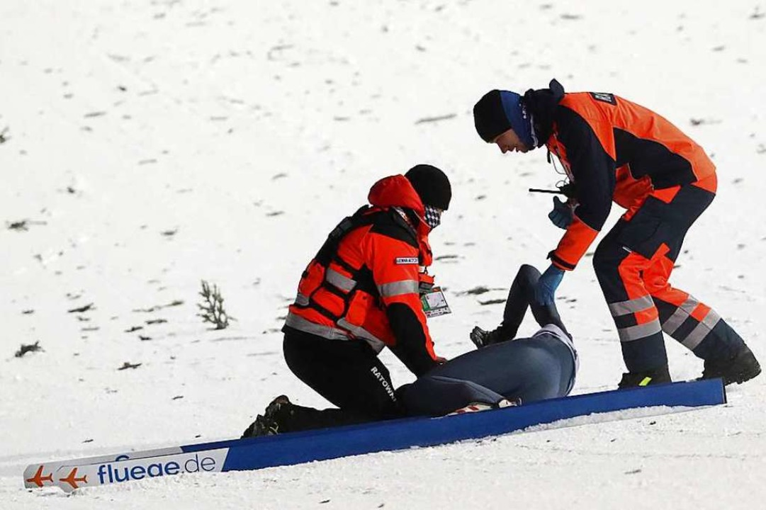 Sofort kümmern sich Helfer um den Verletzten.  | Foto: dpa
