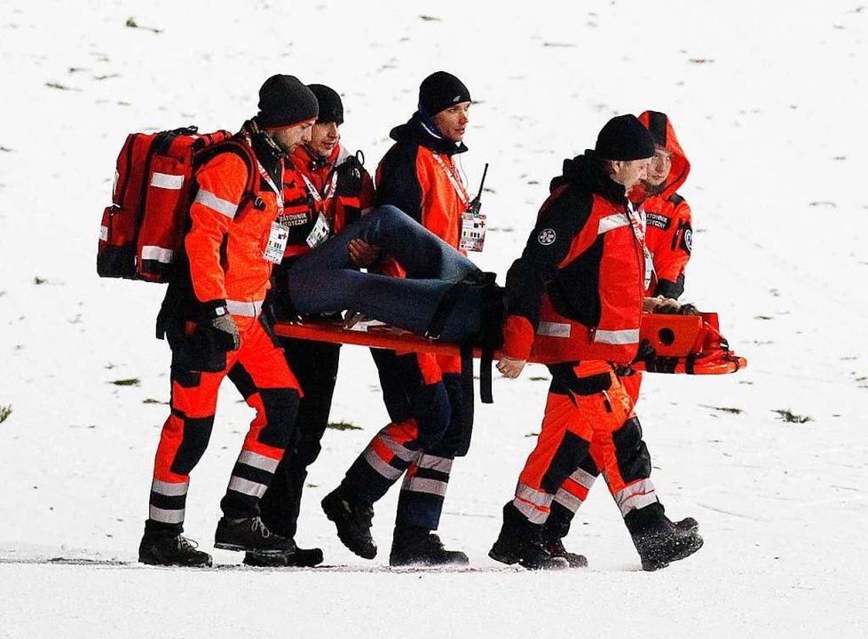 Siegel wird auf einer Trage aus dem Stadion gebracht.  | Foto: dpa