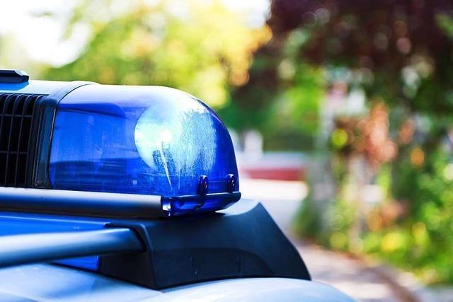 23-Jähriger Autofahrer weicht Bus aus – und prallt in die Haltestelle