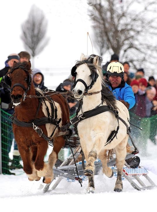 Den Zuschauern bietet sich ein Spektakel im Schnee.    Foto: Wolfgang Scheu