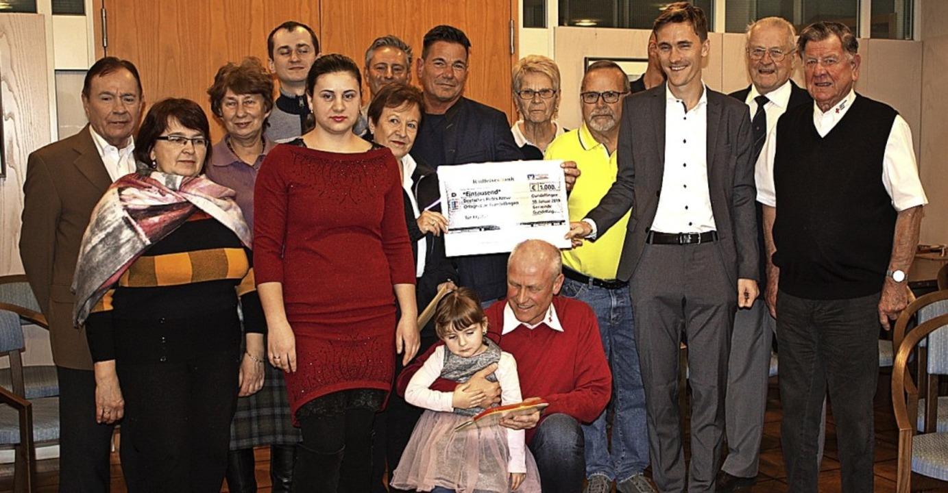 Bürgermeister Raphael Walz empfing Khr...chen. Einen Spendenscheck gab es auch.  | Foto: Gabriele Fässler