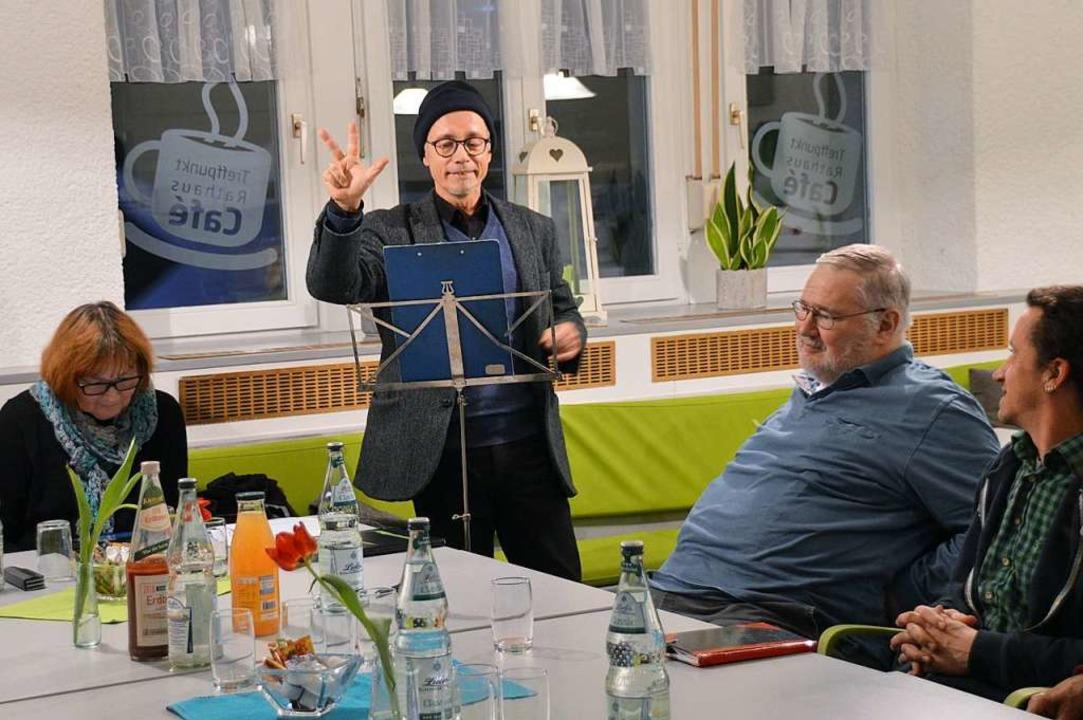 Jörg Moritz-Reinbach trägt einen Rap-Song vor.  | Foto: Horatio Gollin