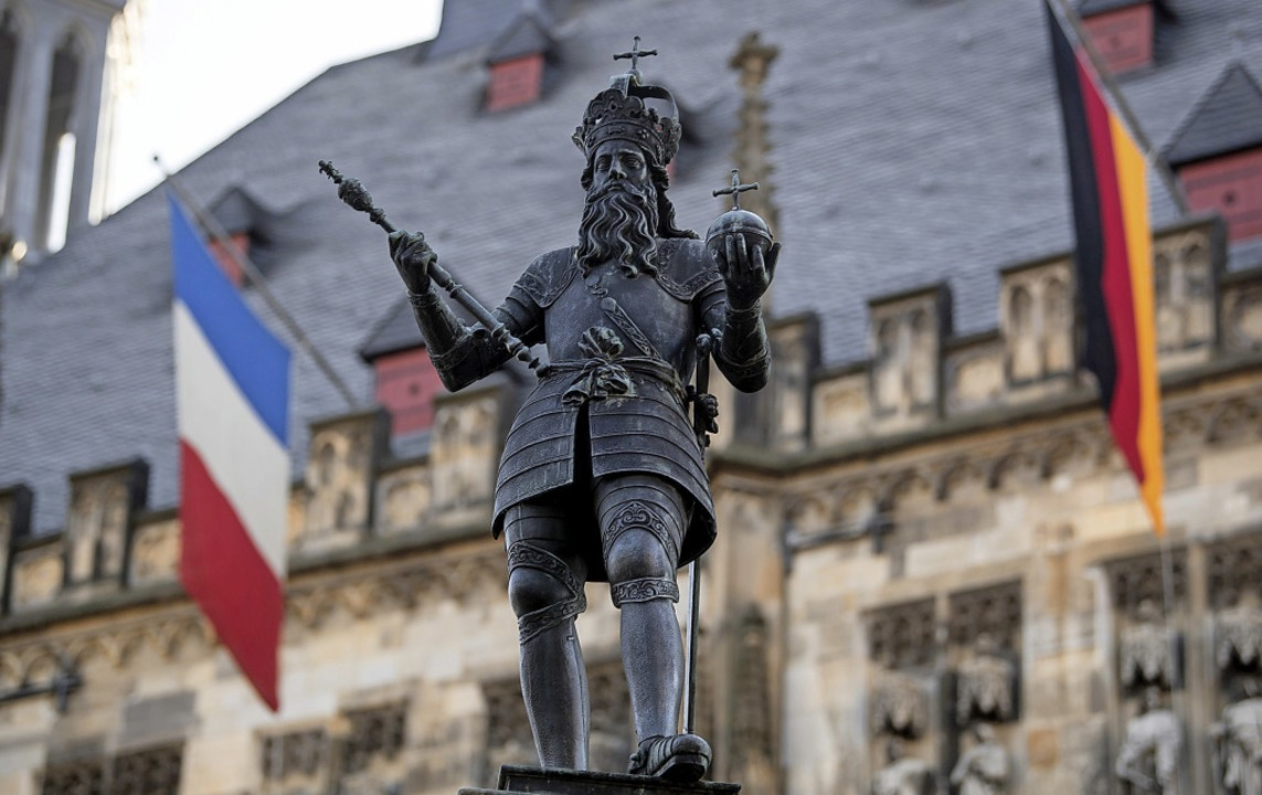 Eine Statue von Karl dem Großen, den m...chland und Frankreich unterschrieben.   | Foto: dpa