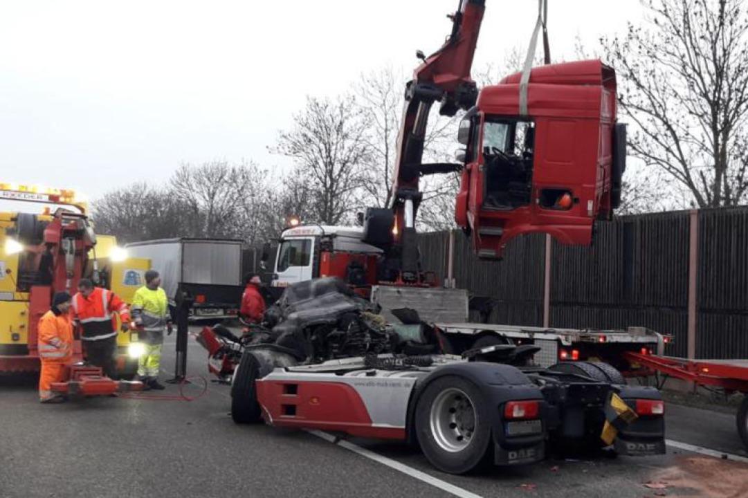 Beide Lastwagen sind nicht mehr fahrbe...rtiert werden – in Einzelteilen.  | Foto: kamera24.tv