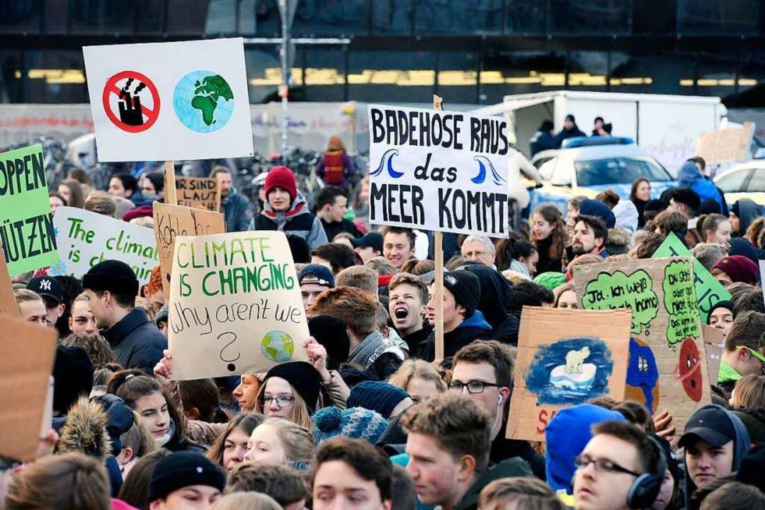 Tausende Schülerinnen und Schüler habe...burg für den Klimaschutz demonstriert.  | Foto: Thomas Kunz