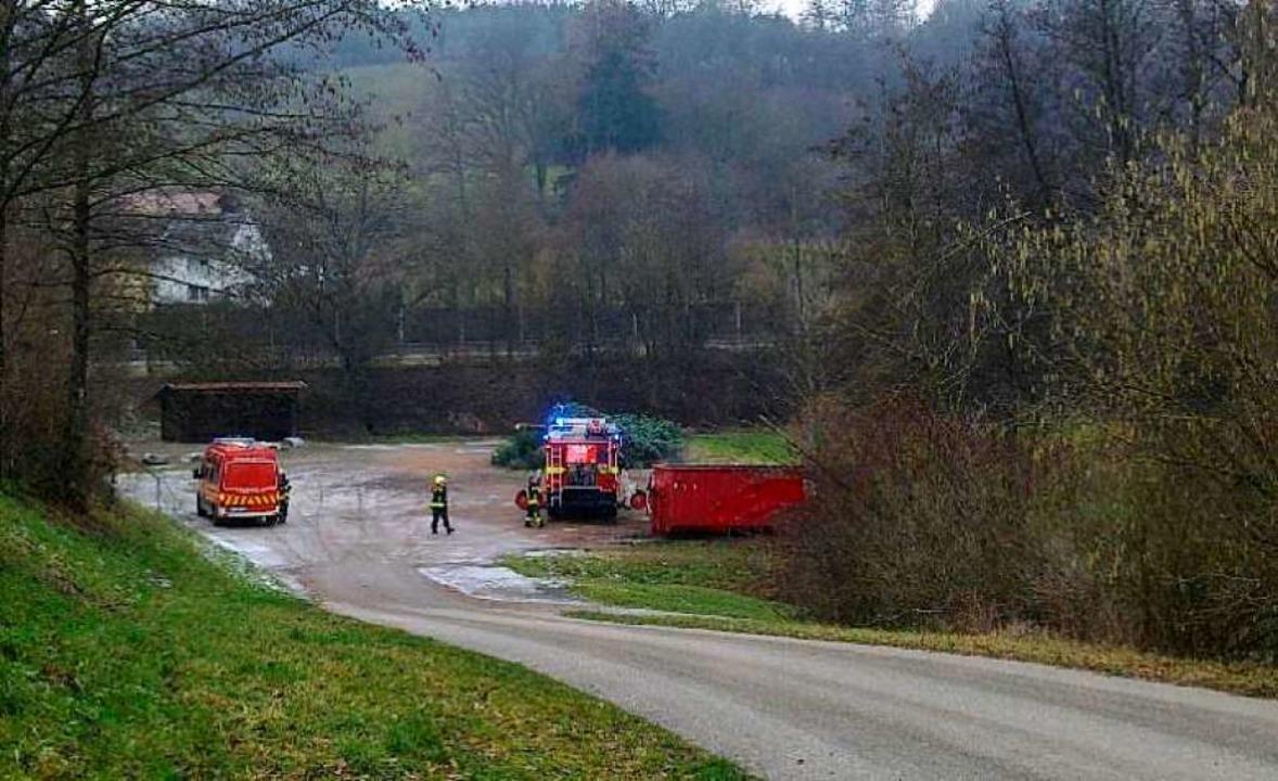 Mit zwei Einsatzfahrzeugen rückten die Feuerwehrmänner an.  | Foto: Feuerwehr Wehr