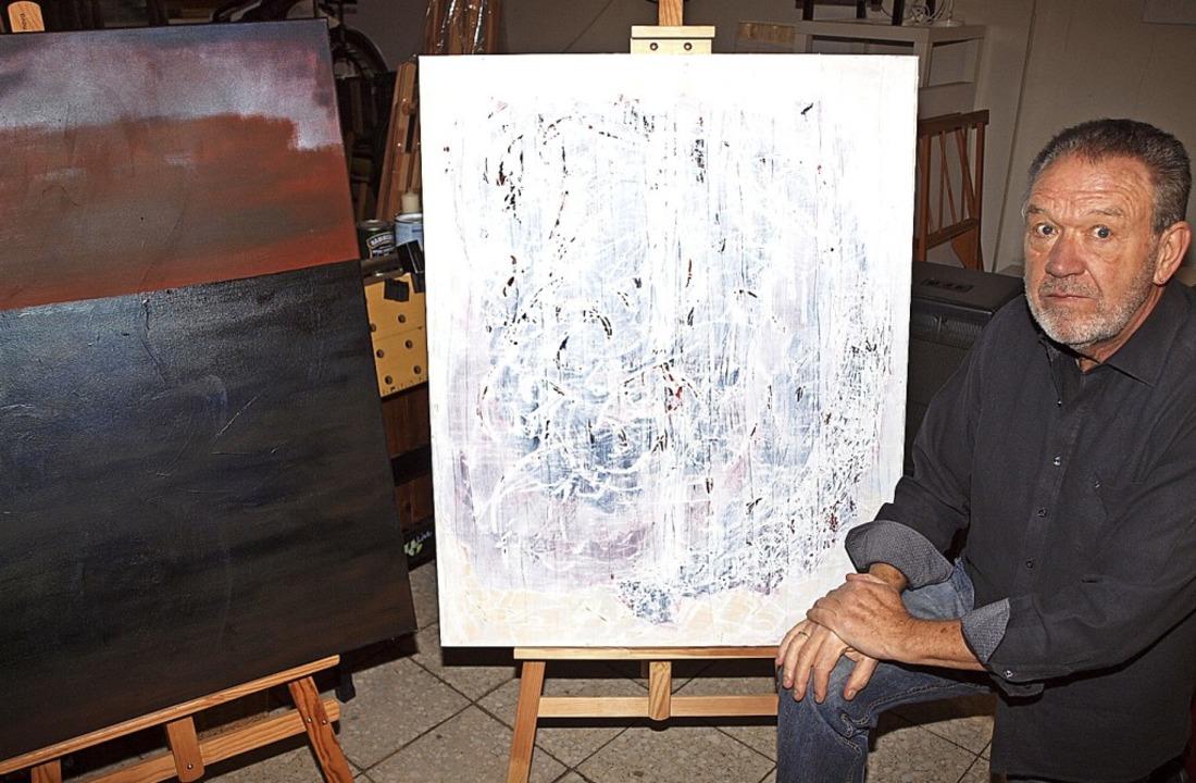 Willy Kern mit zwei seiner eigenen Gemälde  | Foto: Michael Haberer