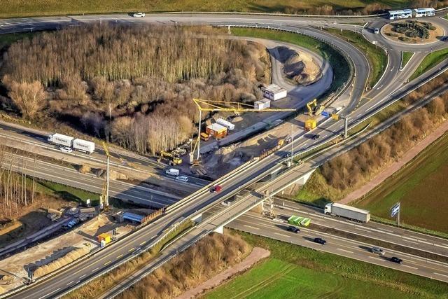 Neue Brücke über Autobahn in Arbeit