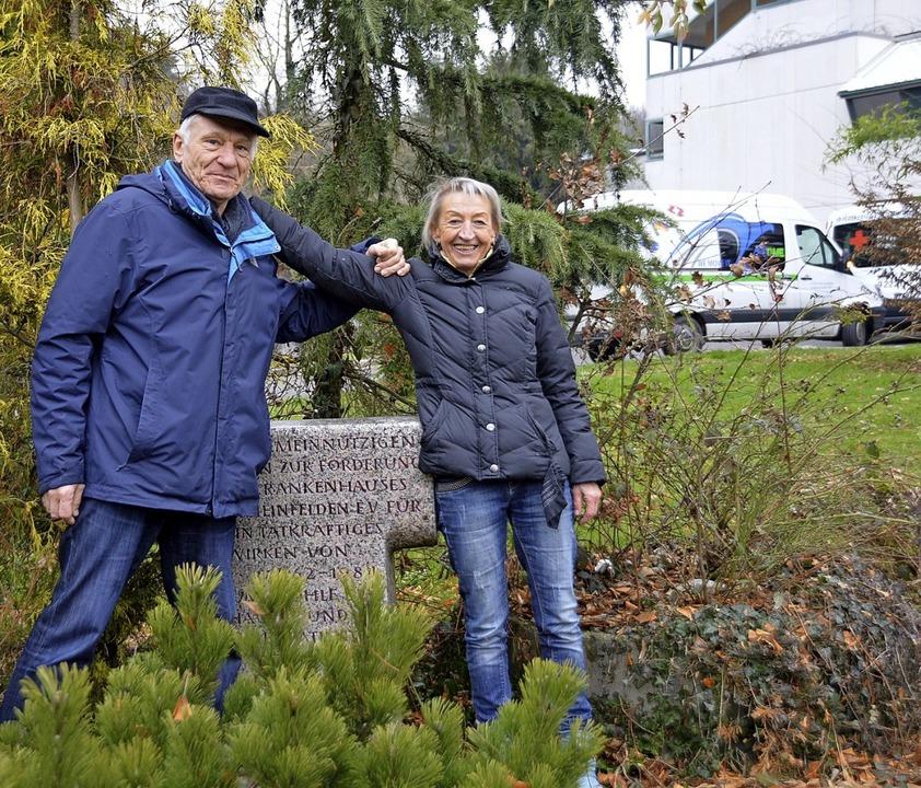 Horst Sift und Hannelore Nuss vom Förd...or der Klinik stehende Stele geputzt.   | Foto: Horatio Gollin