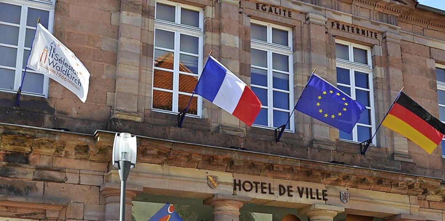 Fahnen am Schlettstädter Rathaus als Z...rschreitende Zusammenarbeit ausgehen.   | Foto: Sylvia Sredniawa