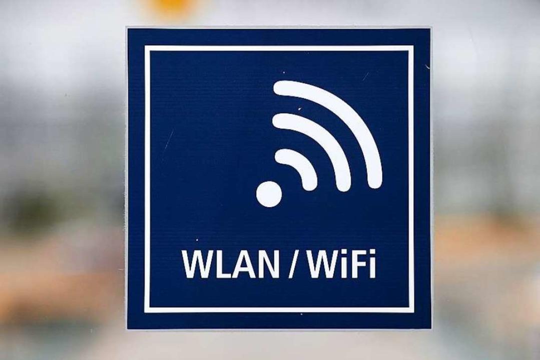 Aufkleber, die auf WLAN-Hotspots hinwe...March vorerst nicht geben. Symbolbild.  | Foto: dpa