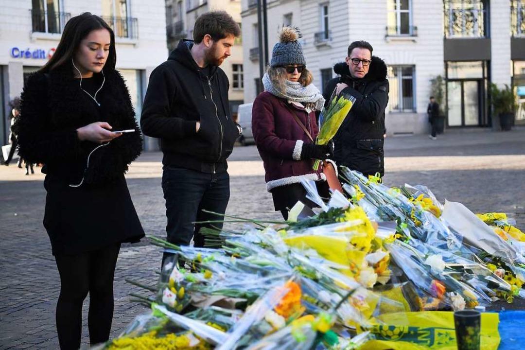Fans liegen für Sala Blumen nieder.    Foto: AFP