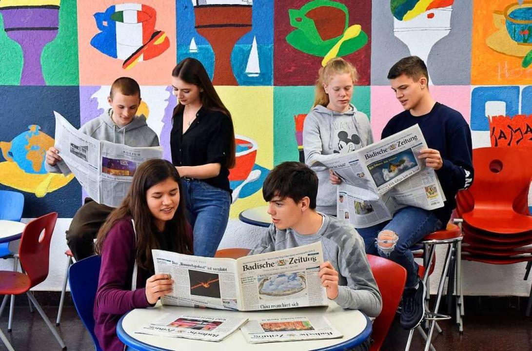 Schüler  bei der Zeitungslektüre.   | Foto: Thomas Kunz