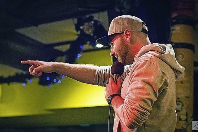 Marvin Suckut moderiert den Poetry Slam im Schlachthof
