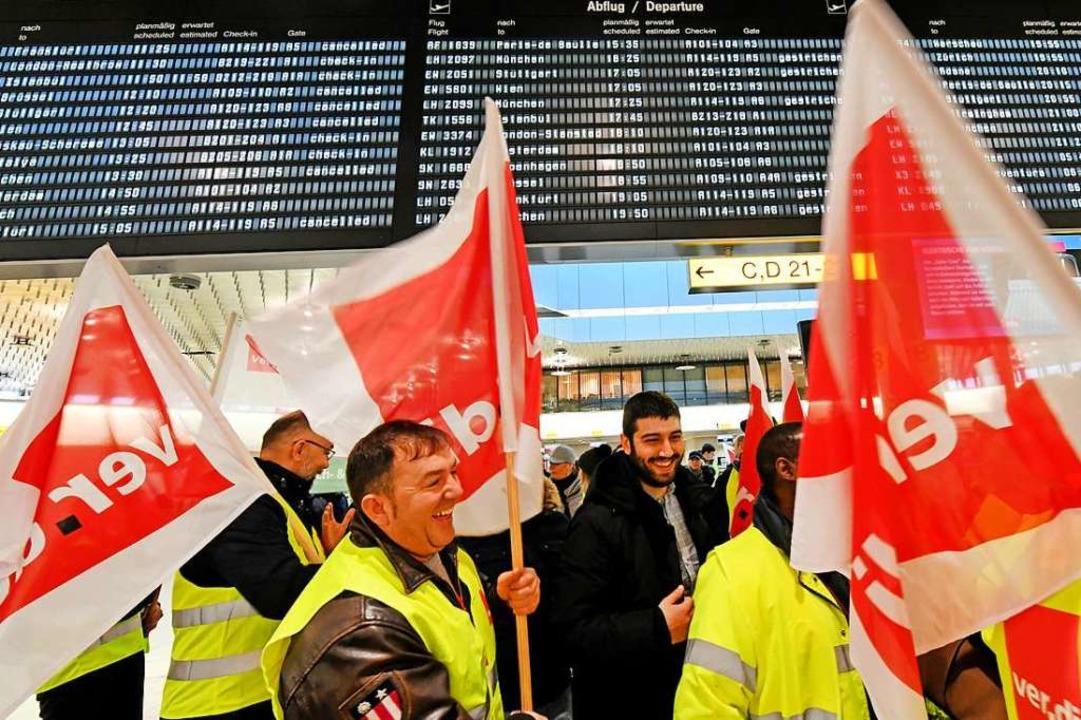 Das Sicherheitspersonal bekommt mehr Geld – Fluggäste können aufatmen.  | Foto: dpa