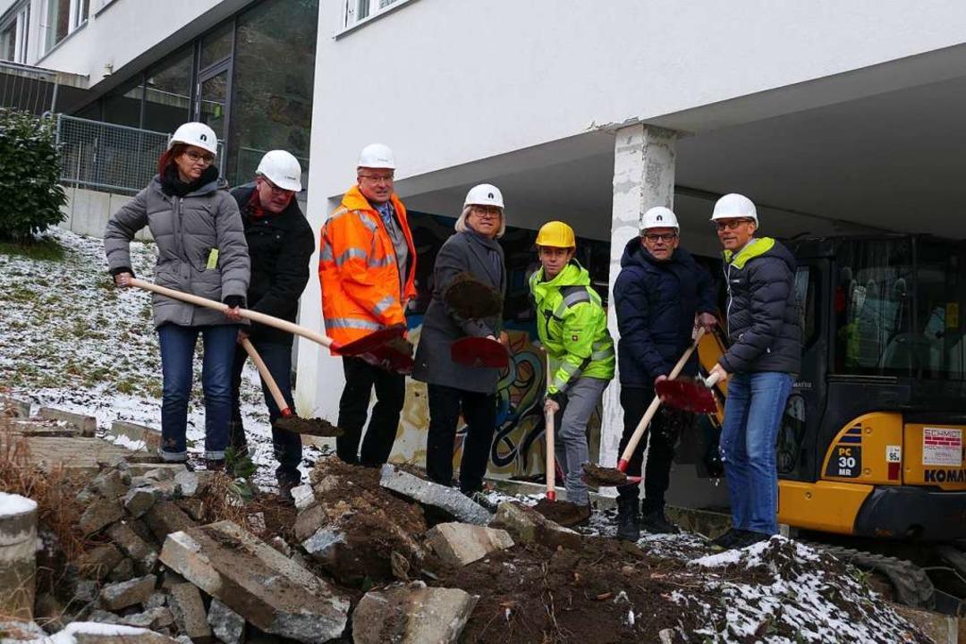 Es kann losgehen: (von links) Architek...lleiter Norbert Asal beim Spatenstich.  | Foto: Sarah Trinler