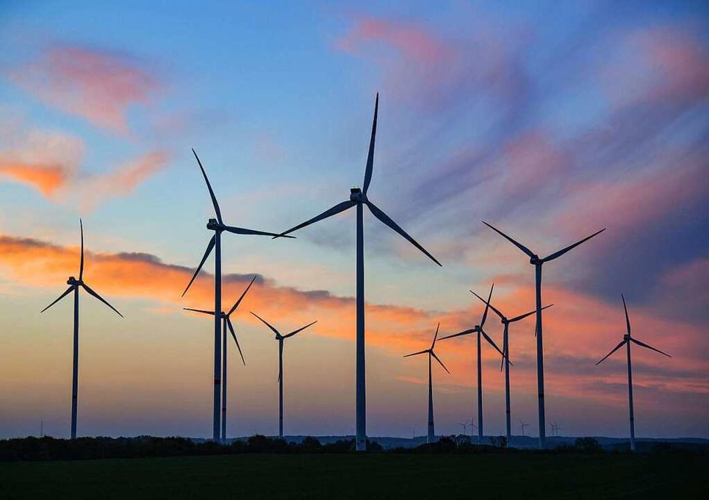Windkraftanlagen liefern Strom.    Foto: dpa