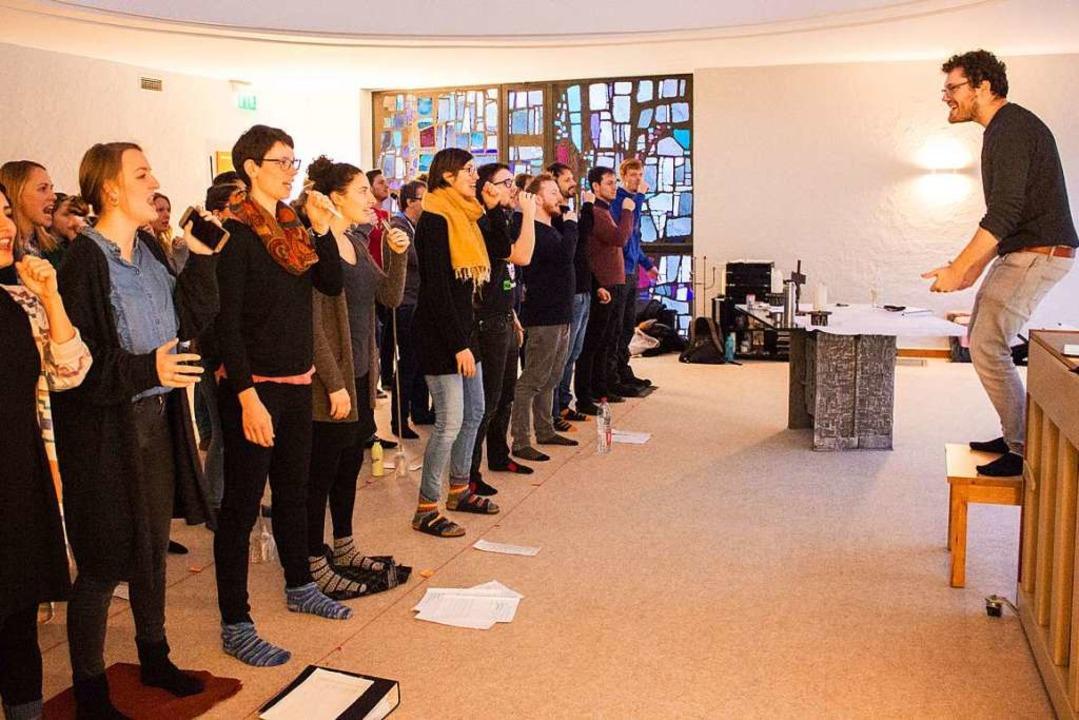 Adrian Goldner leitet die Sängerinnen ...der Probe mit vollem Körpereinsatz an.  | Foto: Carolin Johannsen
