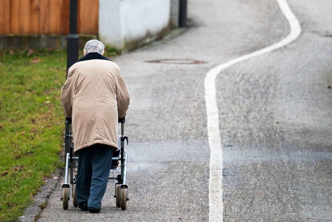 Seniorin mit Rollator in Lörrach angefahren (Symbolbild).  | Foto: dpa