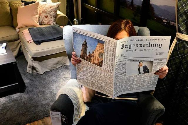 Im Möbelhaus Ikea liegen Zeitungen mit Freiburger Fake-News aus – zur Deko