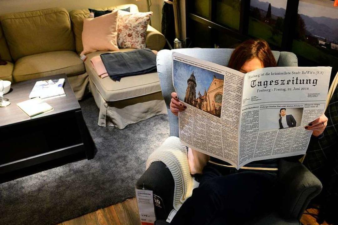 Kleines Rätsel für zwischendurch: Was ... Die Frau im Sessel, die Tageszeitung?  | Foto: Ingo Schneider