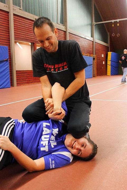 Patrick Wiese hat BZ-Redakteurin Tamara Keller beim Krav Maga Training im Griff.    Foto: Nina Witwicki