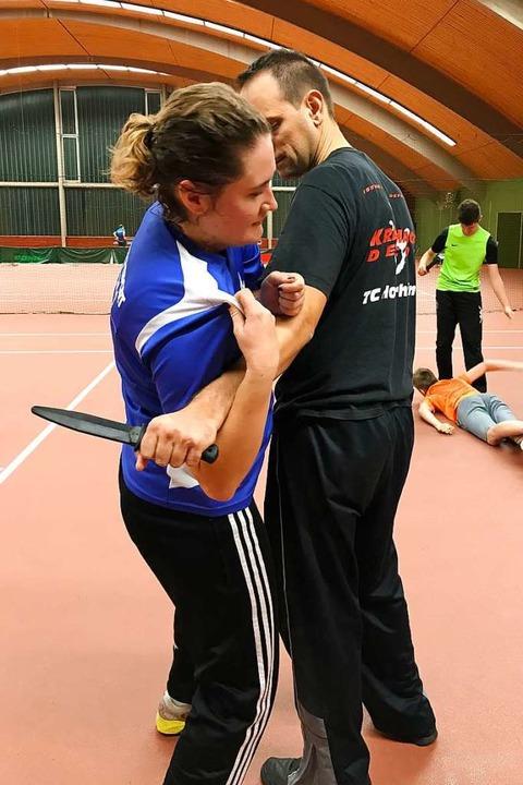 Das Festkrallen am eigenen T-Shirt, hi...ei Kontrolle über den Gegner zu haben.    Foto: Nina Witwicki
