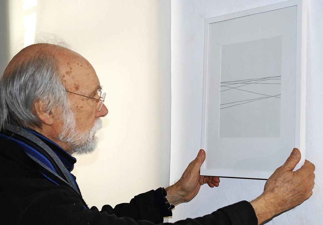 Schnell noch ein Bild umgedreht, jetzt... seiner Bilder in der Galerie im Tor.   | Foto: Sylvia-Karina Jahn