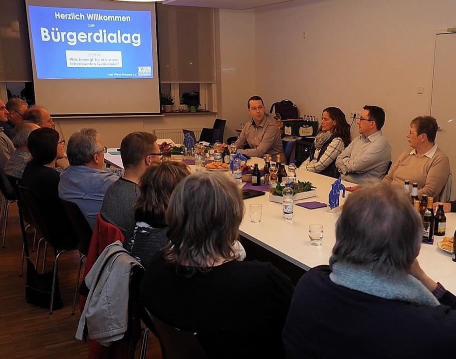 Bürger und Gemeinderäte diskutieren beim Bürgerdialog.  | Foto: Freie Wähler
