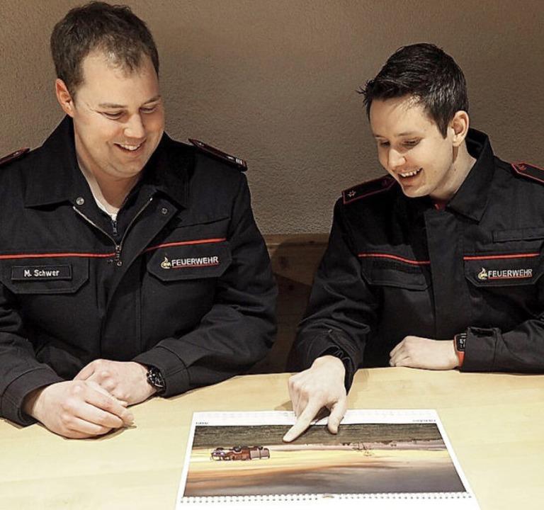 Kommandant Michael Schwer (links) und Feuerwehr-Fotograf Felix Walter.   | Foto: Susanne Gilg