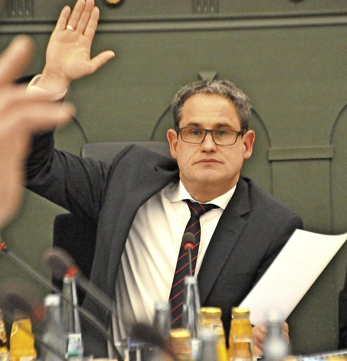 Bürgermeister Dirk Harscher in seiner ersten richtigen Gemeinderatssitzung.  | Foto: Nicolai Kapitz