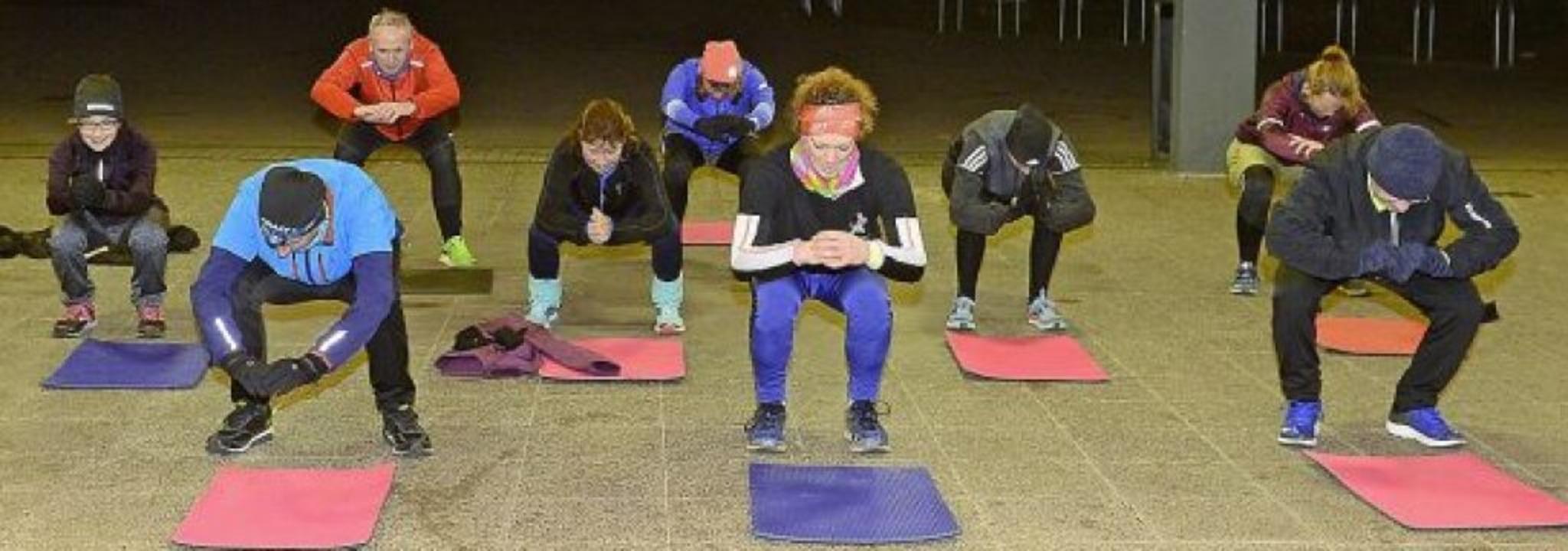 Die ersten Squats gehen noch ganz gut.... vergeht den Teilnehmern das Grinsen.     Foto: Ingo Schneider