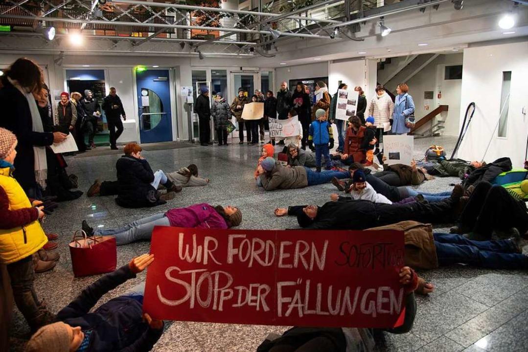 Vor der Gemeinderatssitzung am Mittwoc...rierten Bürger im und vor dem Rathaus.  | Foto: Volker Münch