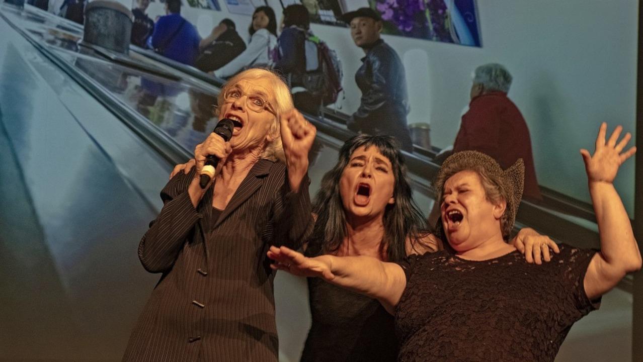 """Szene aus """"Let's sing, Arb...èle Fuchs und Muda Mathis (von links)     Foto: Nicole Boillat"""