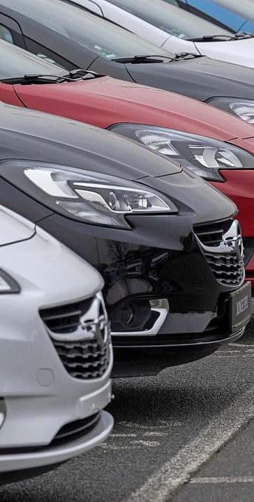 Opel-Fahrzeuge  stehen in der Nähe des Werks Rüsselsheim.    Foto: DPA