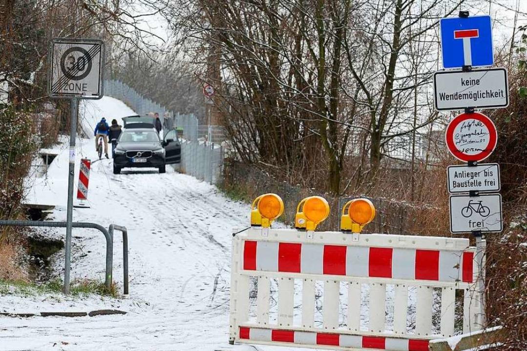 Der Belliweg bleibt wegen fehlender Leitplanke für Autos gesperrt.  | Foto: Ingo Schneider