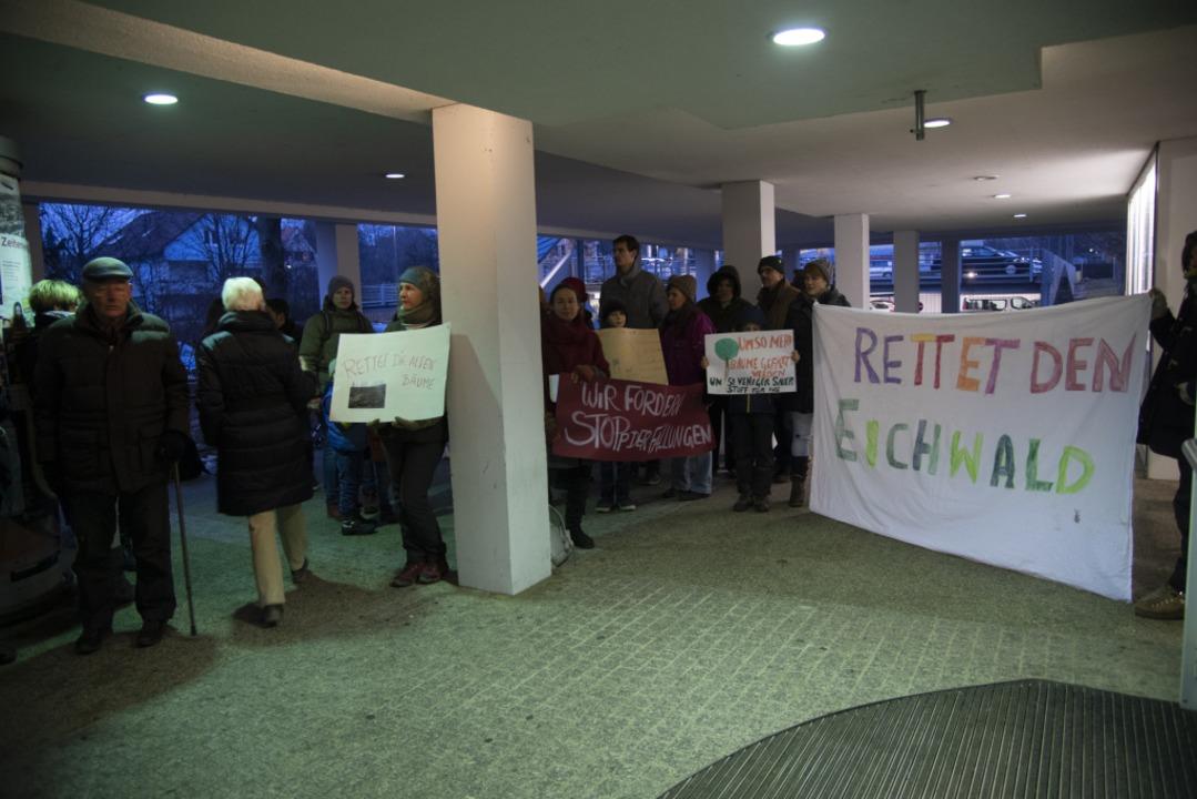 Vor der Gemeinderatssitzung am Mittwoc...rierten Bürger im und vor dem Rathaus.