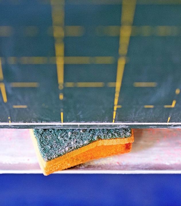 An vielen Schulen gibt es noch traditionell Schwamm und Kreidetafel.   | Foto: DPA