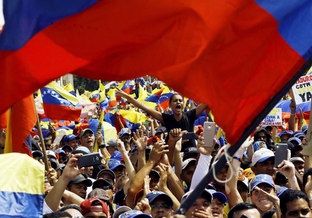 Zahlreiche Menschen nehmen an einer Ku...e Regierung von Präsident Maduro teil.    Foto: DPA