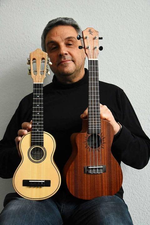 Lachman mit seiner Sopran- und Konzert-Ukulele    Foto: Kathrin Ganter